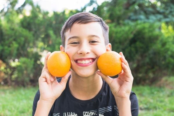 Мальчик с апельсином