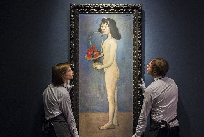 Молодая девушка с цветочной корзиной