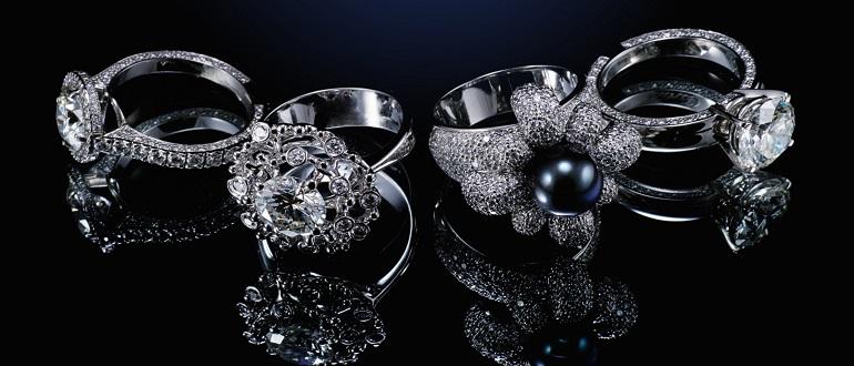 выбирает кольца с бриллиантами