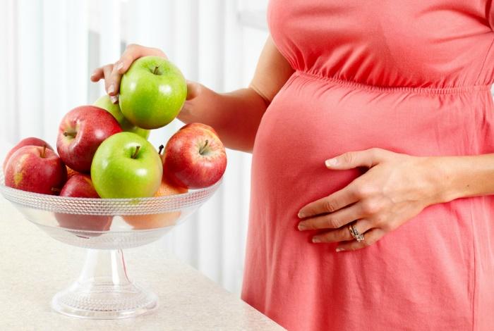 Беременная с яблоками